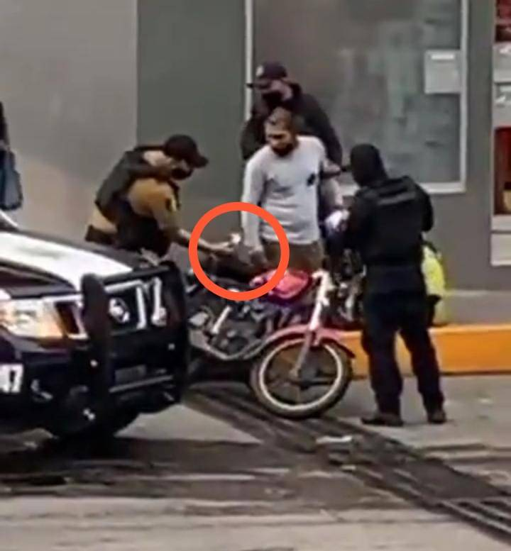 Video: Policías de Veracruz siembran presunta cocaína a motociclista