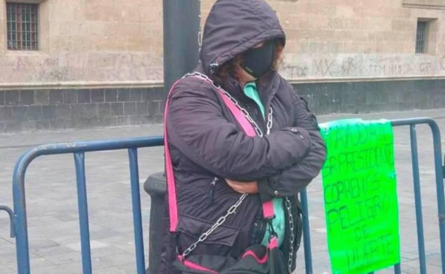 Damnificada de 19S se encadena frente a Palacio Nacional