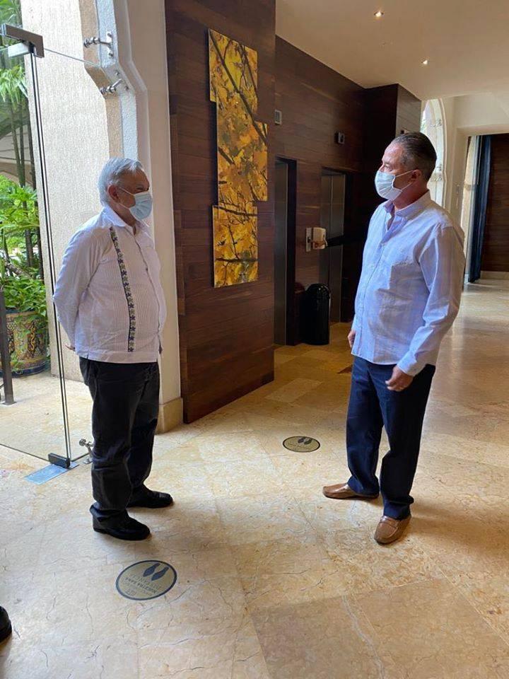 En su visita a Sinaloa se ve a López Obrador con cubrebocas