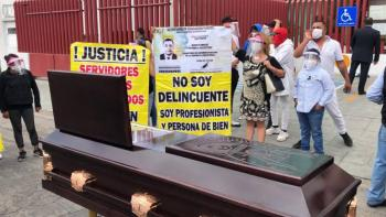 MADRE CON ATAÚD PROTESTA EN PACHUCA POR CASOS DE COVID DENTRO DE PENAL