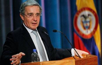 Ex presidente colombiano Álvaro Uribe anuncia que será privado de su libertad