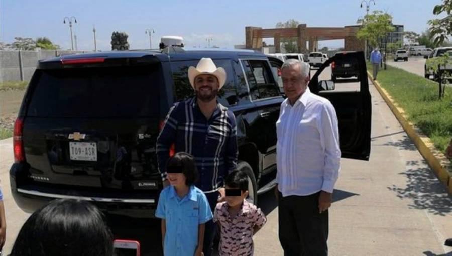 """""""El Komander"""" se toma foto con AMLO en Culiacán"""