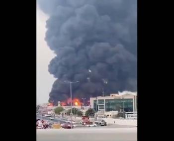 Fuerte incendio se produce en un mercado de los Emiratos Árabes Unidos