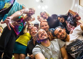 ¿Realmente necesitan ir de fiesta?: OMS cuestiona a jóvenes del mundo