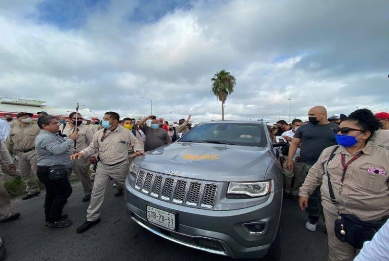 Por clausura simbólica en Cadereyta, trabajadores de Pemex corren a Samuel García