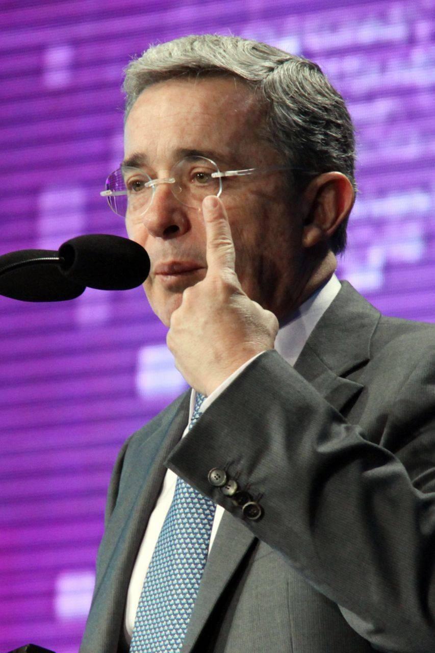 El ex presidente de Colombia Álvaro Uribe arrestado, su abogado con prisión domiciliaria