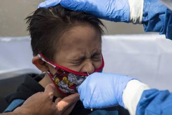 """Ahora tienes Coronavirus"" Sujeto le escupe a un niño"