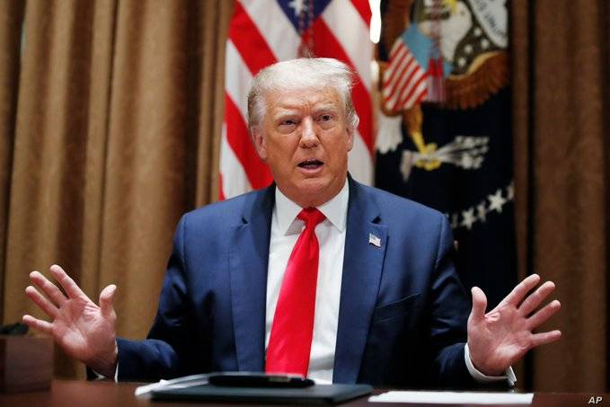 Firma Trump órdenes ejecutivas para extender apoyos por desempleo ante Covid-19