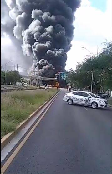 Choque entre pipa y tren provoca incendio en Nuevo León; deja dos lesionados