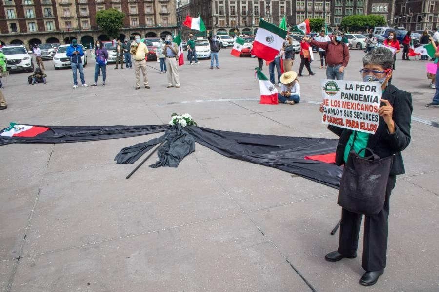 Zócalo: Opositores colocan moño negro por los más de 50 mil decesos por Covid-19