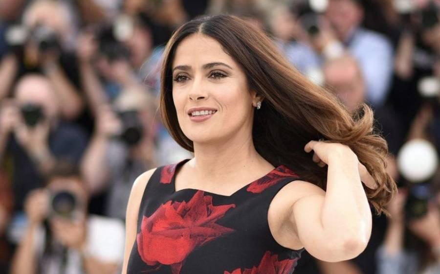 Salma Hayek presume figura con bikini rojo y nadando en una alberca