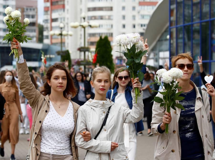 Miles protestan con flores en Bielorrusia, mientras la UE considera sanciones
