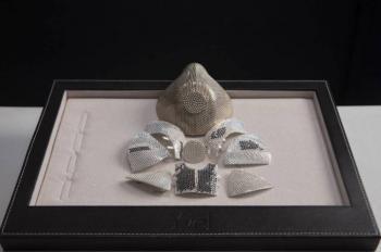 Diseñan cubrebocas de oro blanco y 3,600 diamantes