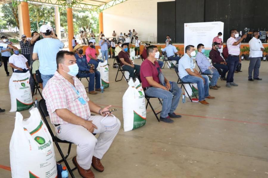 Rutilio Escandón entrega apoyos a ganaderos y agrícolas de Villa Corzo