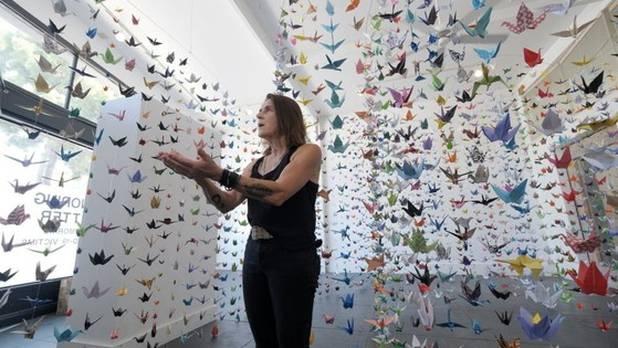 Con grullas de origami, artista de EE.UU. homenajea a víctimas del Covid-19