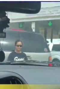 En pleno tránsito bajó a su hija para meterse a la fila