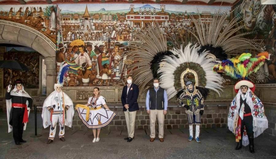 Christopher Landau impresionado por los escamoles típicos de Tlaxcala