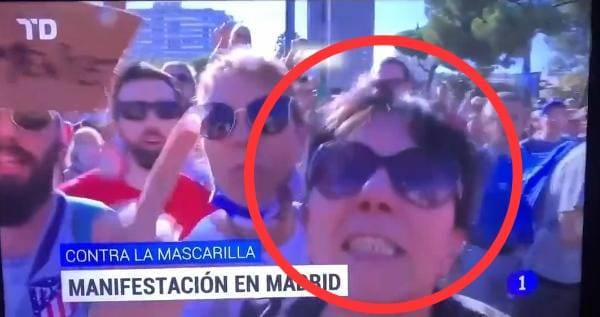 Mujer escupe a camarógrafo durante protesta contra el uso de cubrebocas en España
