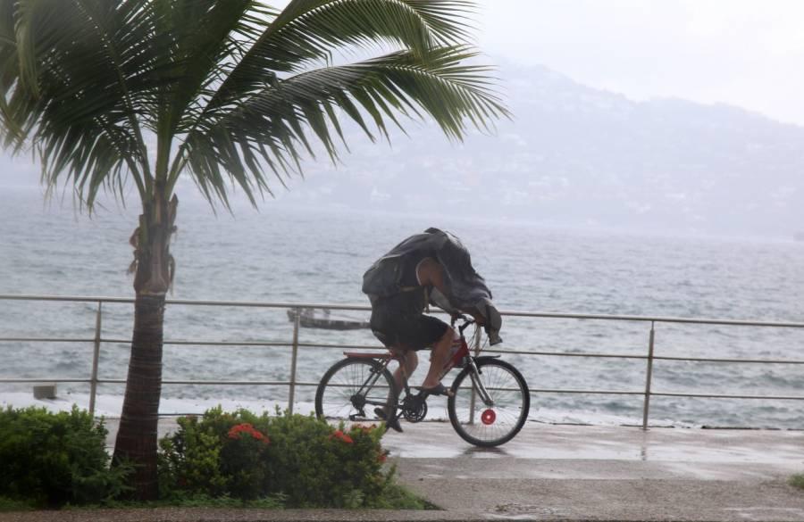 Por huracán 'Genevieve' cierran puertos del Pacífico