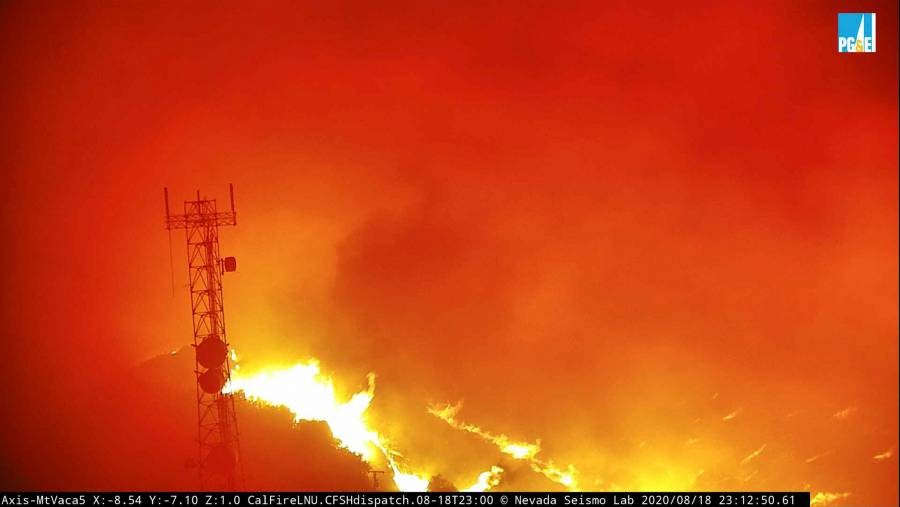 California evacúa a miles de personas por incendios
