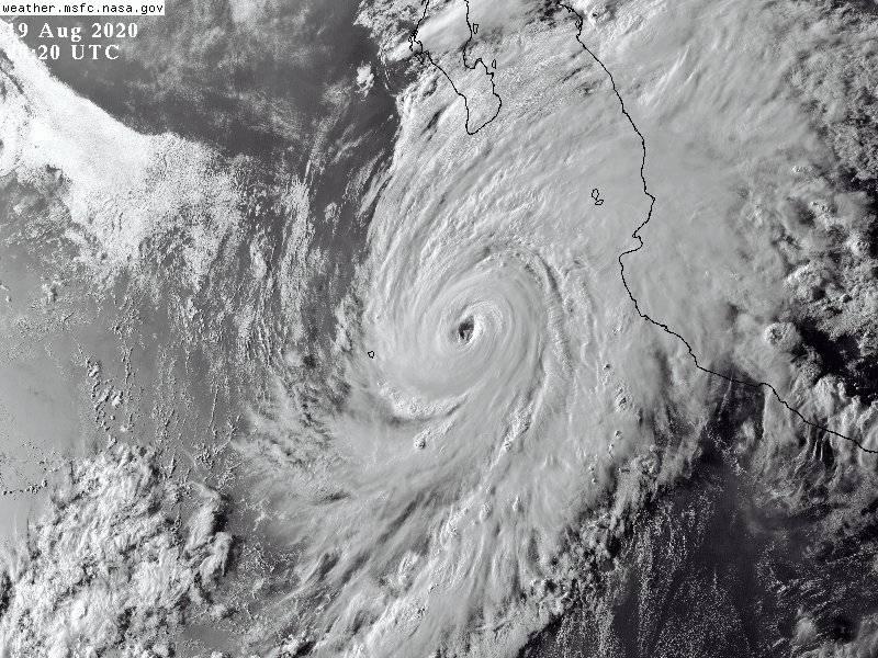 Genevieve se debilita a huracán categoría 1