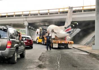 Video: Avión remolcado queda atorado en bajopuente de Viaducto Tlalpan