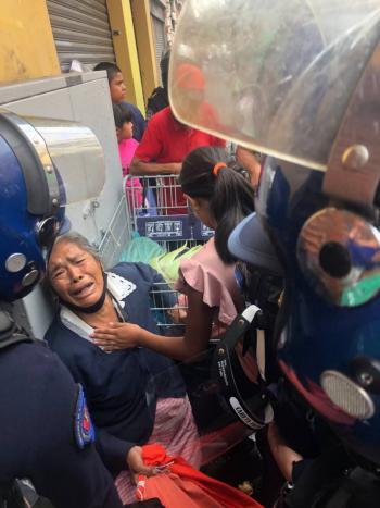 Mientras llora, policías someten a abuelita; le quitaron su mercancía en el Centro Histórico