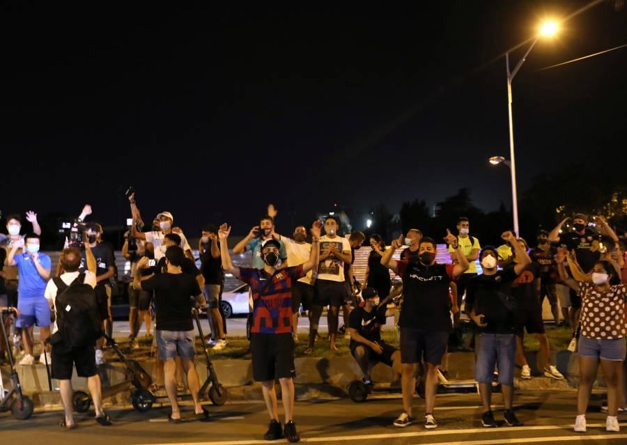 Aficionados del Barcelona exigen la dimisión de Bartomeu