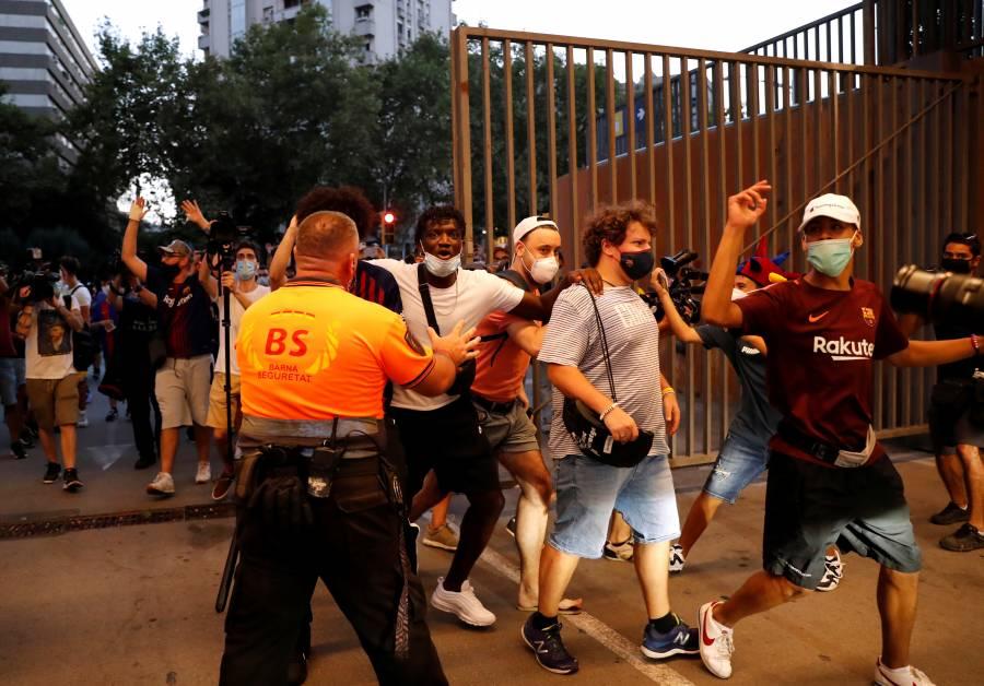 VIDEO: Aficionados del Barcelona invaden el Camp Nou y piden la dimisión de Bartomeu