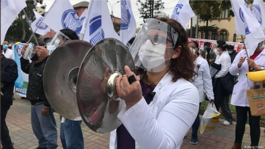 Protestan miles de médicos en Perú  por falta de recursos contra Covid