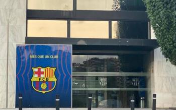 Aficionados atacan con huevos oficinas del Barcelona en el Camp Nou