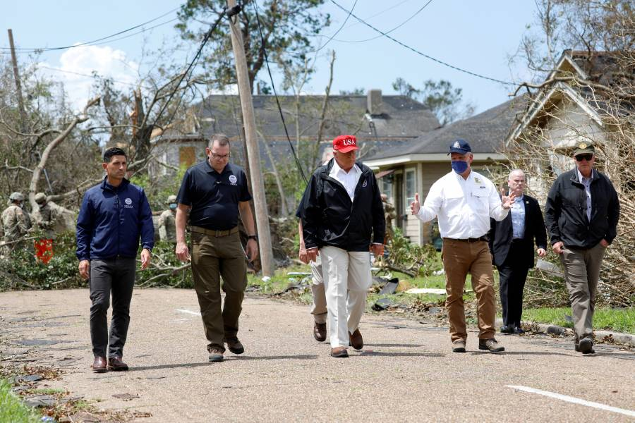 Trump da autografos durante su visita a Luisiana