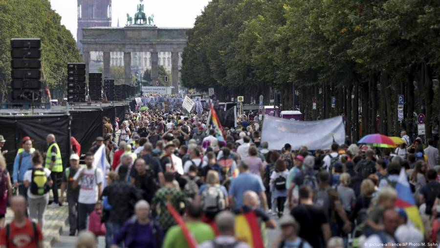 Por incumplir medidas sanitarias, policía ordena disolver manifestación