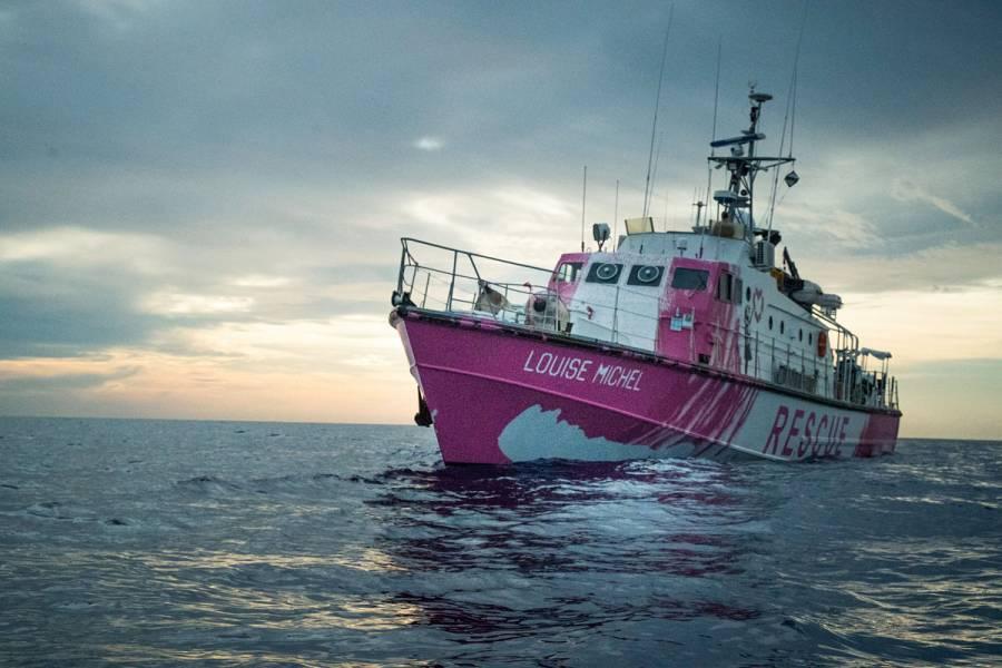 El barco de rescate financiado por Banksy pide ayuda en el Mediterráneo