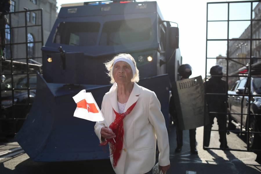 Lukashenko saca tanques y  censura a la prensa; protesta sigue