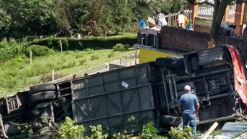 Al menos dos muertos y 28 heridos tras volcadura de camión en Edomex