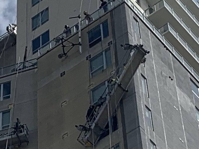 Rescatan a trabajadores atrapados en plataforma colapsada en Houston, Texas