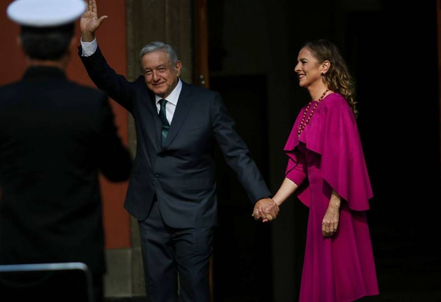 IMPI entrega títulos de marca a AMLO y Beatriz Gutiérrez por 10 años