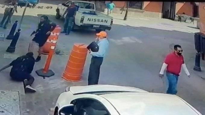 Video: Sujeto amenaza con cuchillo a mujer policía en Querétaro