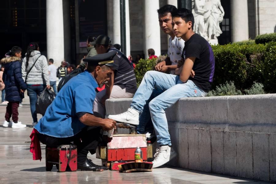 Por amenazas, detienen a boleros en la Alameda Central de la CDMX