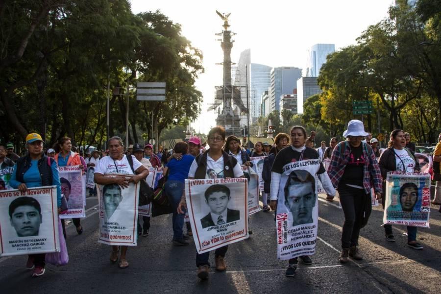 Familiares de normalistas de Ayotzinapa se reúnen con AMLO