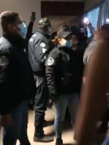 En Ecatepec, policías desalojan a feministas de CODHEM