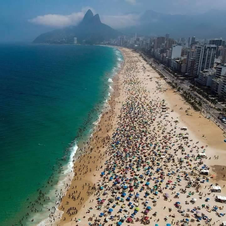 Brasileños se abarrotan en playas de Rio de Janeiro