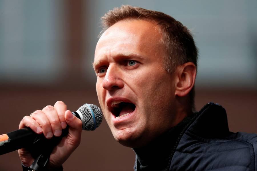 Reportan que Alexei Navalny ya puede levantarse