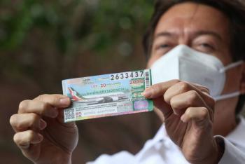 En San Lázaro, Mario Delgado compra cachito para rifa del avión presidencial
