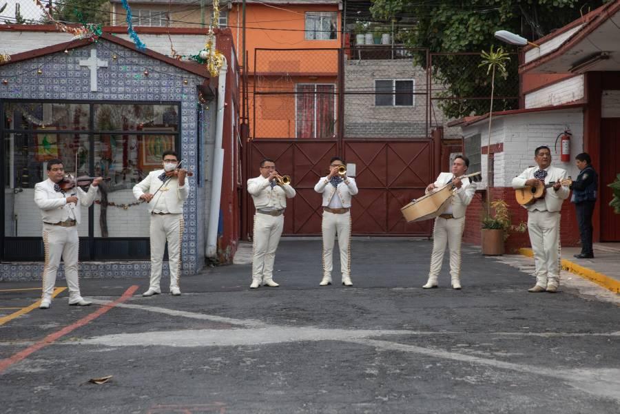 Mariachis sorprenden a personal de limpia de la CDMX