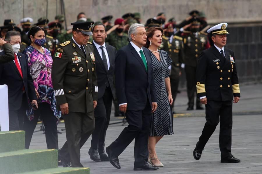 Enmarca cubrebocas y bandera izada a media asta, desfile militar encabezado por AMLO