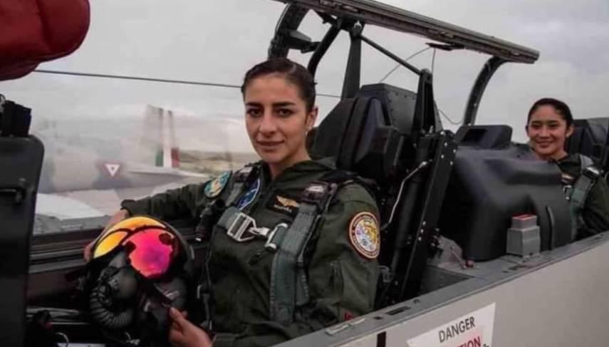 Mujeres pilotean avión en desfile militar por primera vez