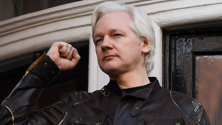 Trump ofrece indulto a Assange si revela la fuente de hackeos de correos demócratas