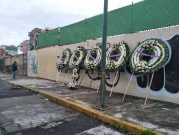 Familiares colocan ofrenda floral en memoria de víctimas del Colegio Enrique Rébsamen